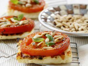 Grillkäse mit Tomate und Pinienkernen Rezept