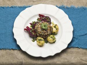 Großer Champignon mit Sesam paniert dazu Kartoffeln und Rote Bete Rezept