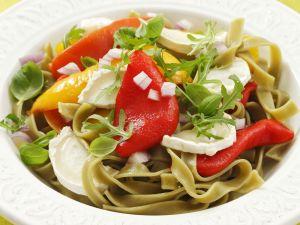 Grüne Bandnudeln mit Rauke, Ziegenkäse und Paprikaschoten vom Grill Rezept