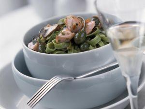 Grüne Nudeln mit Lachs, Kapern und Pilzen Rezept