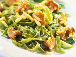 Grüne Nudeln mit Pilzen und Pinienkernen Rezept