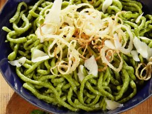 Grüne Spätzle mit Parmesan Rezept
