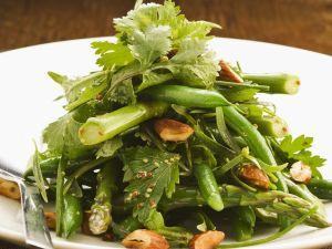 Grüner Gemüse-Mandel-Salat aus Bohnen und Spargel Rezept