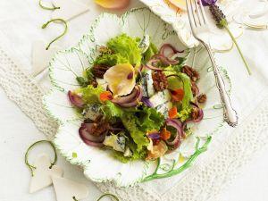 Grüner Salat mit Blauschimmelkäse, essbaren Blüten und Pecanüssen Rezept