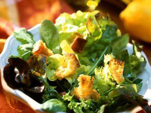 Grüner Salat mit Croutons Rezept