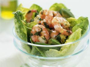 Grüner Salat mit Garnelen und Avocado Rezept