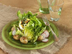 Grüner Salat mit Ziegenfrischkäse und Ofenkartoffeln Rezept
