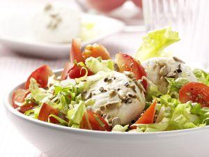 Grüner Salat mit Ziegenkäse und Sonnenblumenkerndressing Rezept