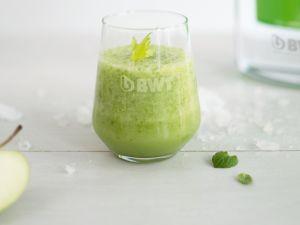Grüner Smoothie mit Apfel und Sellerie Rezept