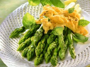 Grüner Spargel mit Rührei Rezept