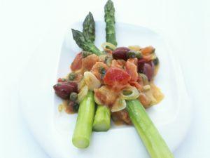 Grüner Spargel mit Salsa aus Tomaten, Oliven und Kapern Rezept
