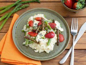 Grünes Spargel-Risotto mit Blauschimmelkäse und Erdbeeren Rezept