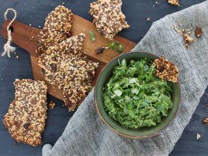 Grünkohl-Avocado-Chili-Dip mit Keto-Crackern Rezept