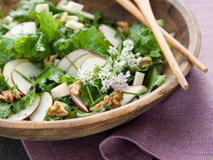 Grünkohlsalat mit Birne und Walnusskernen Rezept