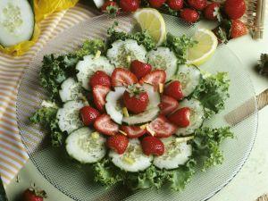 Gurken-Friséesalat mit Erdbeeren Rezept