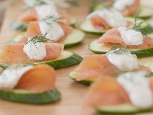Gurkenhäppchen mit Lachs und Dillcreme Rezept