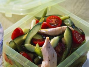 Gurkensalat mit Tomaten und Hähnchen Rezept
