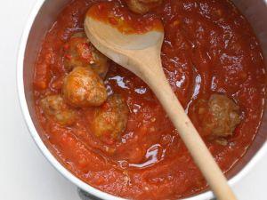 Hackbällchen in scharfer Tomatensoße Rezept