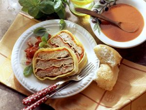 Hackbraten im Nudelteig mit geschmorten Tomaten und -sauce Rezept