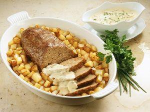 Hackbraten mit Kartoffeln und Champignonsauce Rezept