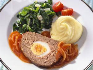 Hackbraten mit Zwiebelsoße,  Mangoldgemüse und Kartoffelpüree Rezept