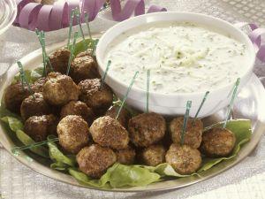 Hackfleisch mit Gurken-Joghurt-Dip (Tzatziki) Rezept