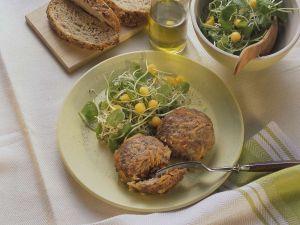 Hackfleisch-Möhrenfrikadellen mit Salat Rezept