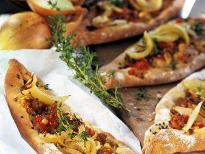 Hackfleisch-Pizzaschiffchen türkische Art Rezept