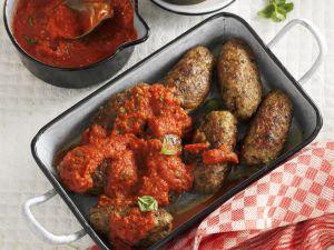 Hackfleischröllchen mit Tomatensauce Rezept