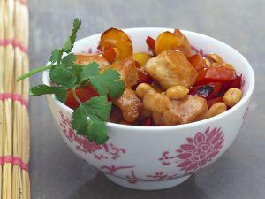 Hähnchen aus dem Wok mit Paprika und Erdnüssen Rezept