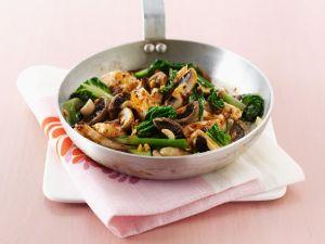 Hähnchen-Pilz-Pfanne mit Mangold Rezept