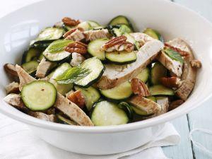 Hähnchen-Zucchini-Salat mit Nüssen Rezept