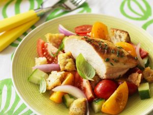 Hähnchenbrust vom Grill mit Brotsalat Rezept