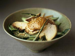 Hähnchensalat auf asiatische Art mit grünem Gemüse und Sataysoße Rezept