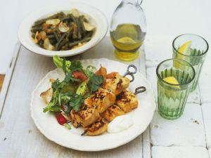 Hähnchenspieße vom Grill mit Salat und grünem Bohnengemüse Rezept