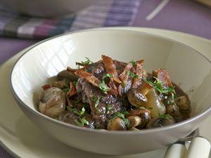 Hahn in Weinsoße mit Kartoffeln (Coq au vin) Rezept