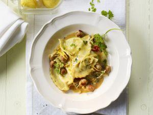Halb-Mond-Pasta (Mezzelune) mit Salsiccia, Kapern und Zitronensauce Rezept