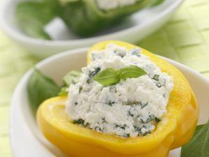 Halbe Paprika mit Käse-Basilikum-Füllung Rezept