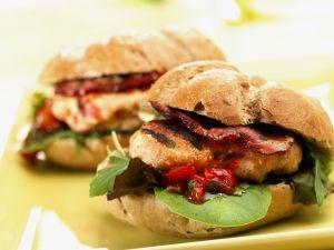 Hamburger mit Hähnchen, Speck und BBQ-Soße Rezept