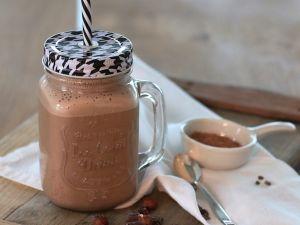 Haselnussmilch mit Schokolade und Zimt selber machen