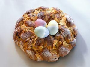 Hefe-Osterkranz mit eiern Rezept