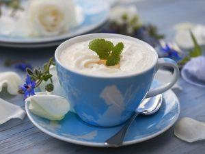 Heiße Milch mit Eierlikör und Sahne Rezept