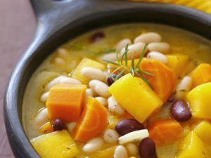 Herbstliche Gemüsesuppe mit Bohnen, Karotten und Kürbis Rezept