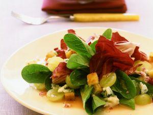 Herbstlicher Blattsalat mit Trauben und Käse Rezept