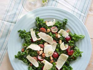 Herbstlicher Grünkohlsalat mit Parmesanhobeln Rezept