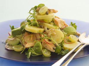 Herbstlicher Kartoffelsalat mit Trauben und Forelle Rezept