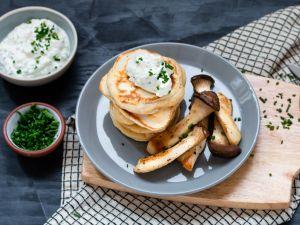 Herzhafte Pancakes mit gebratenen Kräuterseitlingen und Sour Cream Rezept