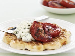 Herzhafte Waffeln mit Frischkäse und Ofen-Tomaten Rezept