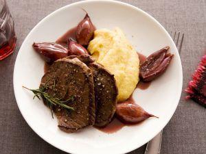 Hirschschnitzel mit Kartoffelpüree und Rotweinzwiebeln Rezept