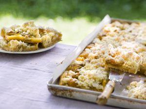 Honigstreuselkuchen mit Mirabellen Rezept